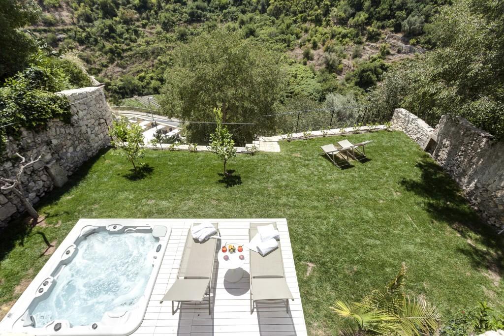 giardino privato Luxury Suite con Jacuzzi