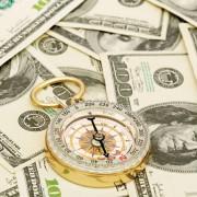 Dollaro ai minimi da due settimane su principali controparti valutarie